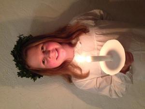 Här är en stolt tärna Julia Forsberg 9 år som just sjungit med sin kör Ceciliakören på Luciakonsert i Olaus Petri kyrkan. Så vackert och stämningsfullt. Vi firar Lucia med tända ljus, lussekatter, pepparkakor och luciakonsert.