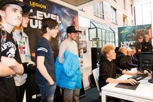 Vid datorerna vid Area Academys utställningsområde samlades många besökare.