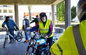 Startklar. Nils Mogren har kickat igång mopeden för att ta sig en tur genom Hällefors med likasinnade.