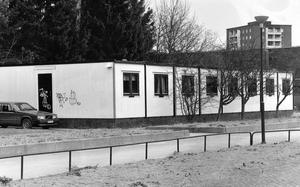 Den här paviljonen vid St:Iliansskolan är en av de första kommunen ställde upp för barnomsorgens räkning. Sedan hösten 1985 har det här provisoriet kostat kommunen cirka 600 000 kronor i leasingavgifter - utan att ha gett kommunen något bestående, materiellt värde.