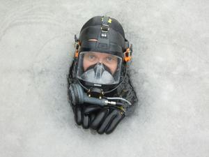 Tittut. Brandmannen Stefan Johansson pressar sig upp genom ett slukhål i isen nära kajen. Mikael Skärfstad, som var dykledare vid tillfället, hämtade tjänstekameran i bilen och tog Veckans bild.