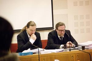 Mordmisstänkte Albin Aspgren, 28, tillsammans med försvarsadvokat Carl Lindström vid sin sida. Det var en tuff dag för Albin Aspgren som skakade fram och tillbaka och stirrade ned i bordet under åklagarens yrkanden.
