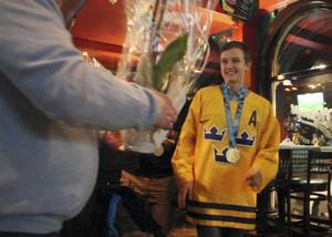 I måndags när OS-mästaren Fanny Brolin kom till Söderhamn ville många passa på att hylla henne. Foto: Markus Norin