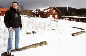 Anders Heimdahl, chef för Närvård Frostviken, vid platsen mitt i Gäddede där den nya gemensamma närvårdslokalen Levinsgården ska börja byggas i höst. Huset på bilden flyttas för att ge plats för nybygget. Till höger syns Forsgården som ska byggas ihop med Levinsgården.