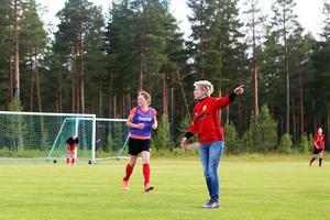 Tränare Malin Nyström ger instruktioner till sina spelare, närmast Malin pringerTilde Ingvarsson.