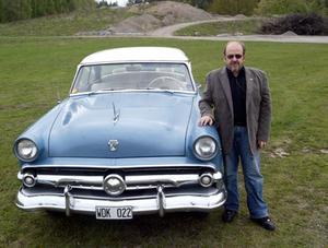 Jan Berg med sin Ford Crestline 1954.