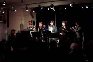 Våren 2013 var Peter Knudsen Eight på jazzköket, möjligen lite trångt med åtta musiker på den lilla scenen, men publiken fick full valuta. Torsdag kväll spelar de på Gamla Teatern.