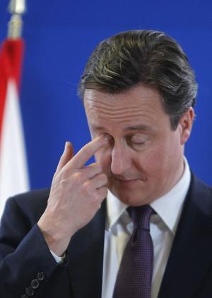 I rävsax. Den brittiske premiärministern David Cameron lade in sitt veto mot att låta nya regler för euroländerna ingå i EU-fördraget. Han pressades både av EU-skeptiker i det egna Konservativa partiet och av krav på att rädda euron.