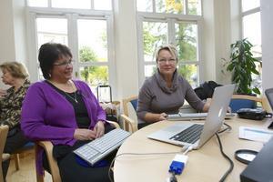 Besökarna under Hörselskadades dag hade bland annat  tillfälle att se skrivtolkarna Karin Bennhult och Karin Wieweg i arbete. De tolkade all information på skärm.