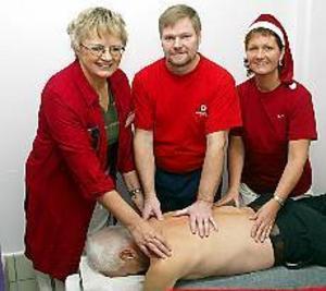 Gunilla Jakobsson, Kenneth Sjöblom och Ewa Svenson. Tre massörer som är beredda att massera Valbobadets besökare. Sören Svensson (liggande) tror på massage som ett sätt att få fler besökare till badet. Foto:LASSE HALVARSSON