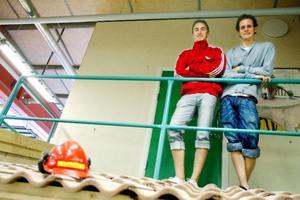 Andreas Engberg och Marcus Sunding är två byggelever som tar studenten på fredag. Båda                börjar jobba redan på måndag. Foto: Henrik Flygare