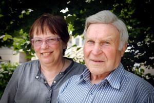 Eva Isaksson och Alf Albertsson tycker det var konstigt att ingen från Bollnäs församlig kom och överlämnade 85-årspresenten personligen.