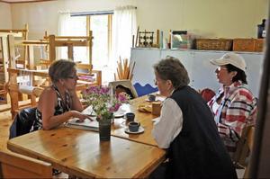 Kvinnor i gemenskap känner sig säkrare och törs mera. Lena Näsström, Helga Kunze och Sonia Karlsson                               diskuterar kommande aktiviteter. Foto: Evy-Ann Mattsson