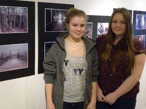 Emma Landén och Anita Omerbasic från Stiernhööksgymnasiet besökte Auschwitz. Deras bildutställning visas nu på Kulturhuset. Foto: Per Malmberg/DT