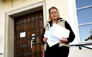 Erja Eloranta, Kommunal på väg in i kommunalhuset med protestbrevet till politikerna.Foto: BENGT OLDHAMMER