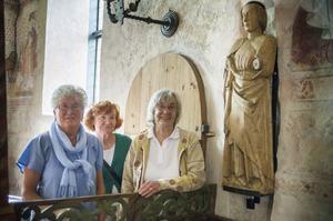 Maj-Britt Pettersson, Els-Mari Bolin och Gerd Gabrielsson är med i kyrkans inventariekommitté. De är glada att skulpturen är tillbaka i kyrkan.