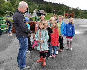Björn Bergetoft bland sina nya elever på första skoldagen. Hoppet från rektorsposten på Åre gymnasieskolan känns stort, men han tror ändå att det ska bli roligt också.