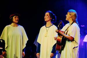 """Stämningsfulla och gripande sånger präglade föreställningen """"Sampari – Morgonstjärnan"""" på Gamla teatern i lördags. Myriam Lundberg, längst till höger, leder kören Mozaik som stod bakom arrangemanget."""