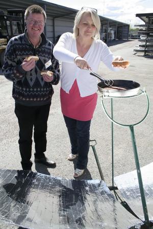 Conny Sigfridsson och Susanne Andersson vid solgrillen.