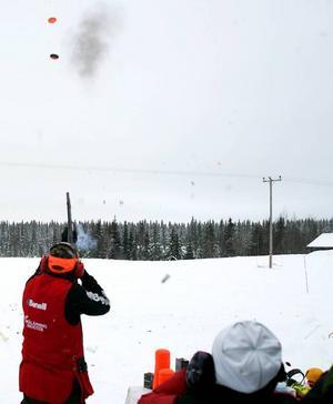Med snabba skott träffade Jocke Smålänning upp till fem lerduvor som han kastade upp i luften.