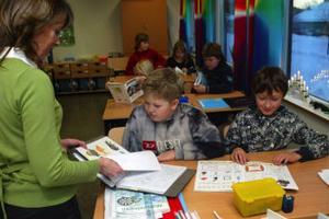 Författaren och illustratören Pia Niemi besökte under gårdagen klass 4B i böle skola och berättade om konsten att skriva en bok och göra illustrationer. Eleverna på bilden är från vänster Anton Lindström och Johan Hjerpe.