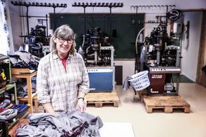 Anna Eriksson har öppnat strumpfabriken Ulleri i Skärvångens gamla skola.