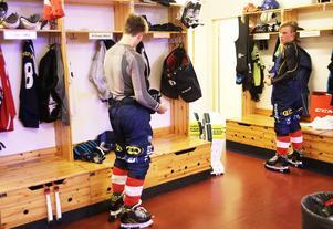 Nummer 99 Tuomas Määttä och nummer 66 Tommi Määttä på sina nya platser i bandylivet.