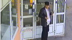 Här syns Vincent Carlsson utanför ett bankkontor efter att ha tagit ut pengar med ett av målsägarnas kort. Bild ur polisens förundersökning.