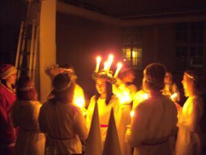 Lucia och hennes tärnor har just fått sina ljus tända innan luciatågetpå kvällen i Västerås waldorfskola. Jag fotade medvetet utan blixt föratt behålla den trolska och ljusfyllda stämning som då rådde...
