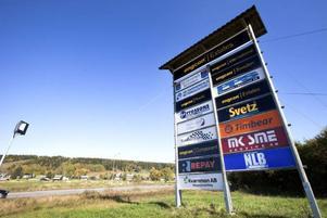 Av vägskyltarna framgår det att Stig Engström via sitt bolag Engcon äger stora delar av kommunen.