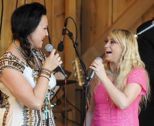 Nina Söderqvist och Nanne Grönvall sjöng Det vackraste som en duett.