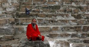 En hängiven hindu i Kamakhyatemplet i Gauhati. Kamakhya är en tantragudinna.