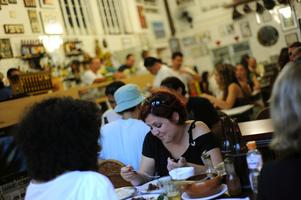 Bar do Mineiro är det mest kända hänget i Santa Teresa, fullt med konst, gamla tidningsklipp och dockteaterpjäser som smyckar väggarna. Ta ett snack med ägaren som är konstsamlare.