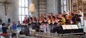 Ljusdals kyrkokör sjöng på söndagskvällen in våren i Ljusdals kyrka medan kvällssolen lyste utanför.