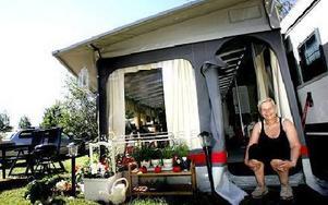 Anita Dersten tröttnade på allt arbete som krävdes för att bo på gården i Bengtsheden. Då bestämde hon sig. Hon sålde allt och köpte en husvagn istället.-- Jag var framför allt trött på att ha så många räkningar att betala, säger hon.FOTO: TOMAS NYBER