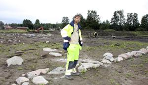 Nästan klara. Arkeologerna vid Gilltuna fortsätter att gräva tre veckor till för att mer noggrant kontrollera rester från byggnader och gräver även på en extra bit mark för att kartlägga hela fornlämningen. Arkeolog Tony Engström är förvånad över att man har funnit en så stor stenmur på platsen. Den är inte daterad än.