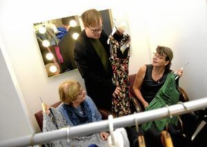 """svidar upp. Inger Iwarsson, Stefan Jansson och Gunilla Dovsten botaniserar bland klänningar och kostymer. Under två dagar i allhelgonahelgen sätter de upp föreställningen """"Dröm en dröm – ord och jazzdrömmar under molntapparna"""" på Café Lyktan i Lindesberg.Foto: Adam Söder"""