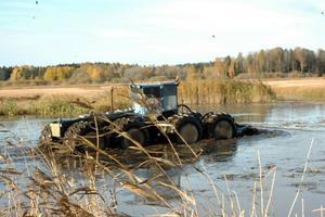 SNABBT. Effektivt skalar monstermaskinen ned sjögräset i Tegelmorasjön.