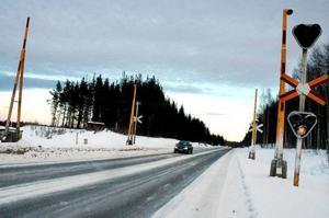 I dag är stickspåret som korsar E45 i Skanderåsen överasfalterat. Men varningssignalerna och bommarna finns        kvar – och de kommer att få vara kvar även i fortsättningen. Kommunen hoppas fortfarande att spåren ska användas. Foto: Sandra Högman