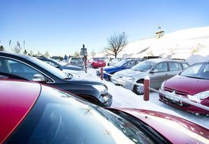 Många vill njuta av vintern i Hemlingby. I år har det inte funnits parkering åt alla.