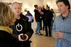 Fotograf Peo Quick använder gärna samma typ av kamera som krigsfotografen Eddy van Wessel tagit sina utställningsbilder med.