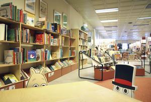 Biblioteket erbjuder, förutom böcker på alla de språk, filmer, musik, konstutställningar, sagostunder och gratis wi-fi.