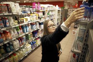 """""""Man kan så klart inte dra alla över en kam, men generellt använder gemene man alldeles för starka kemikalier när de städar eller gör rent hemma"""", säger Caroline Söderlund som jobbar som kemikaliesamordnare i Västerås."""