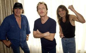 Malcolm Young (längst till höger) tillsammans med Angus Young (mitten) och Brian Johnson (längst till vänster) Bild: Aaron Harris/AP