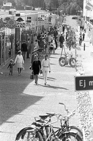 Det nybyggda centrumet på Råby i Västerås 1969. Miljonprogrammet är ett uttryck för det kulturradikala förhållningssätt till samhället som Socialdemokraterna antog under Olof Palme.