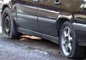 Bilar fick däcken uppskurna i centrum.