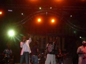 T.O.K fick igång publiken med sitt mellansnack och höga tempo.