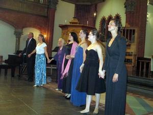 Årets kull tar emot publikens hyllning tillsammans med sin lärare Kerstin Meyer och pianisten Anders Wadenberg.
