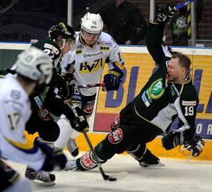 Den 34-årige veteranen Peter Nordström blev matchvinnare i går. Här tillfälligt utan hjälm.
