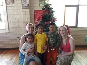 Julhälsning från Frida och hennes mamma, tillsammans med deras fadderbarn Luis och hans systrar Cielo och Judith.
